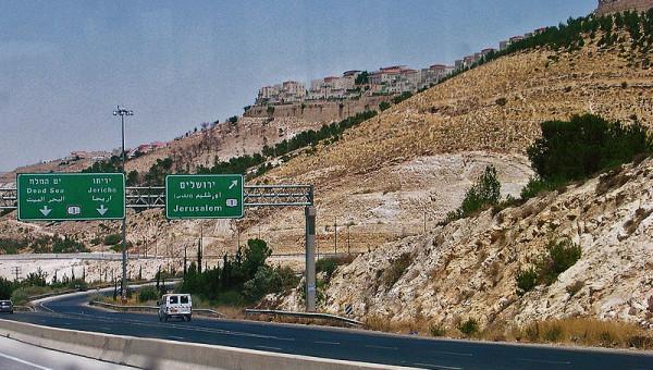 800px-Israeli_settlement_near_Jerusalem